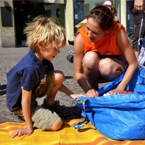 """Die """"Helfer in Orange"""" unterstützen die Kinder."""