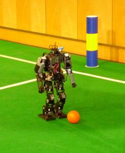 Der Roboter fixiert die Position des Fußballes kurz vor dem Schuss.