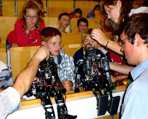 Marian Wieczorek erklärt, wie die Roboter funktionieren.