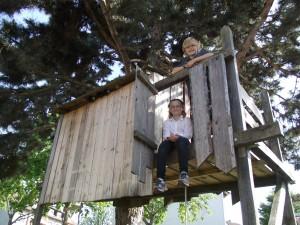 Die Geschwister sind stolz auf ihr Baumhaus