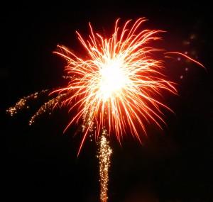 Rotfarbener Feuerwerkskörper explodiert
